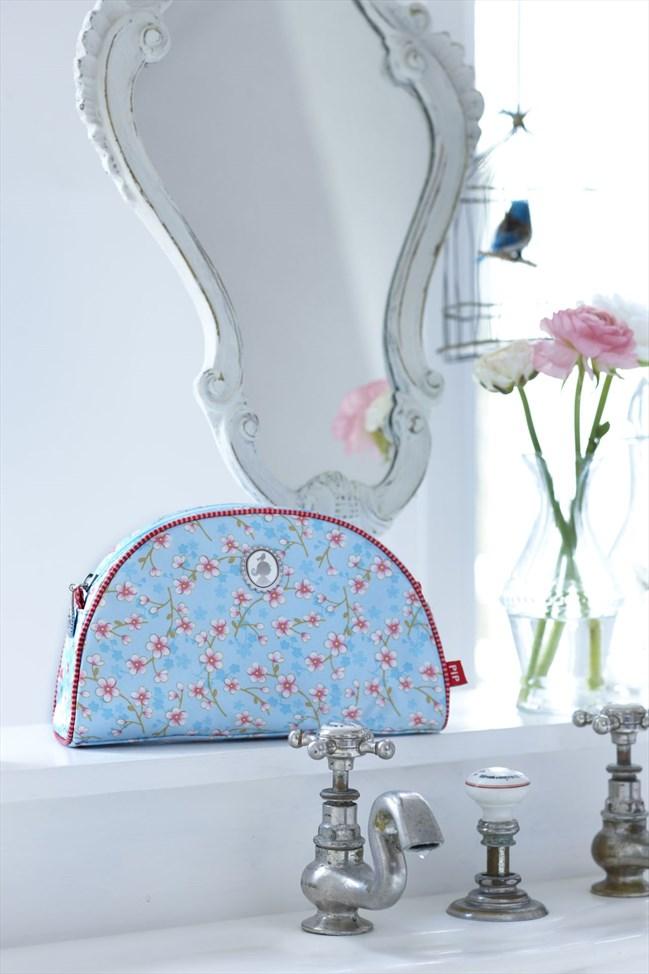 BirdsinParadise_toiletbag_medium_blue_sfeer1
