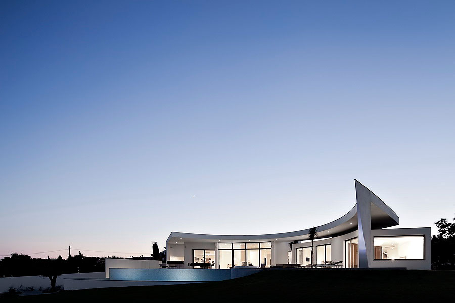 Colunata-House-a-Gorgeous-Contemporary-Residence-in-Spain-29