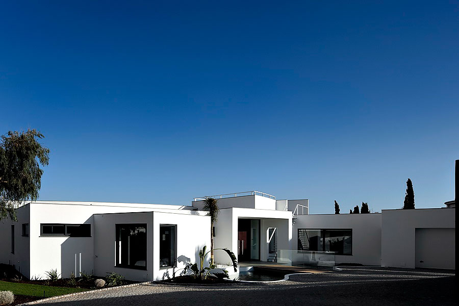 Colunata-House-a-Gorgeous-Contemporary-Residence-in-Spain-3