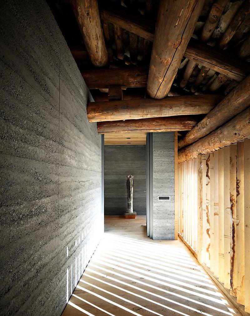 10 oreg_pajta_atalakitasa_haromszintes_modern_csaladi_hazza_nyers_beton_es_fa_kompozicio_14
