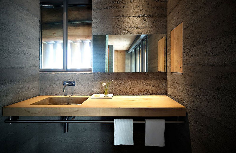 13 oreg_pajta_atalakitasa_haromszintes_modern_csaladi_hazza_nyers_beton_es_fa_kompozicio_19
