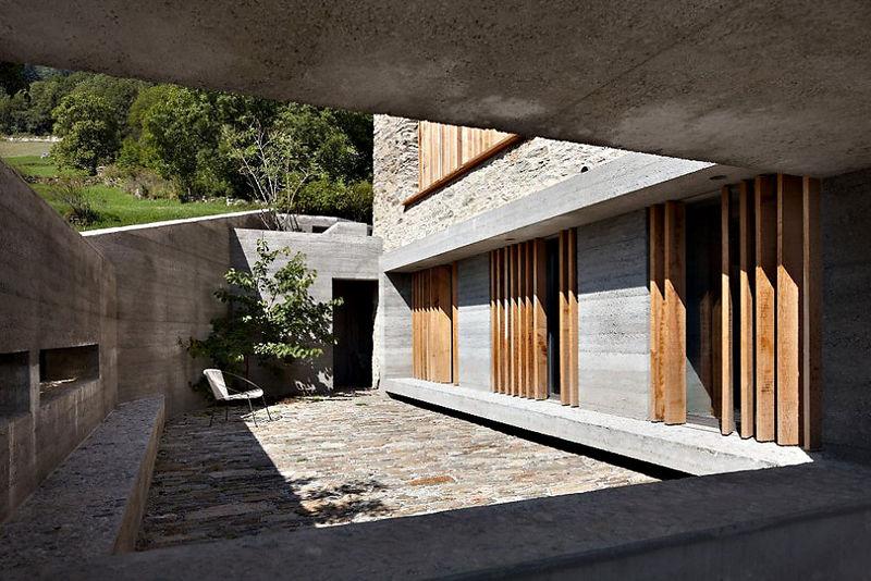 3 oreg_pajta_atalakitasa_haromszintes_modern_csaladi_hazza_nyers_beton_es_fa_kompozicio_06