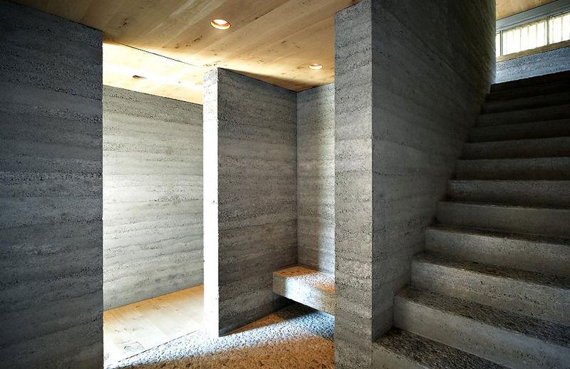 5 oreg_pajta_atalakitasa_haromszintes_modern_csaladi_hazza_nyers_beton_es_fa_kompozicio_09