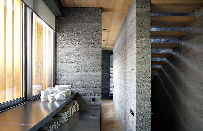 8 oreg_pajta_atalakitasa_haromszintes_modern_csaladi_hazza_nyers_beton_es_fa_kompozicio_12