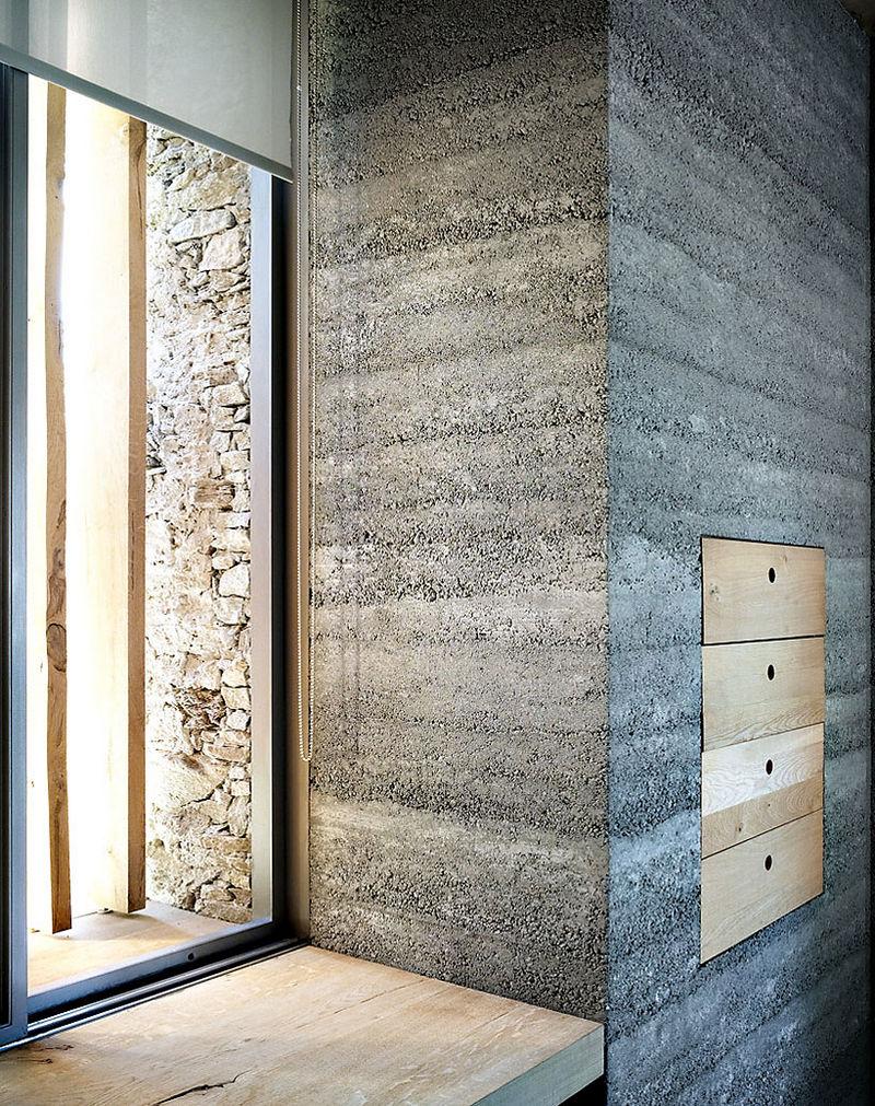 9 oreg_pajta_atalakitasa_haromszintes_modern_csaladi_hazza_nyers_beton_es_fa_kompozicio_13