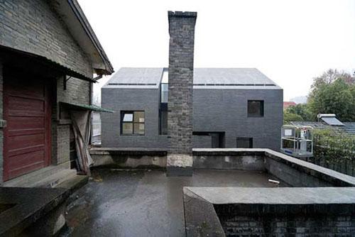 Ház kívül betonból, belül fából110