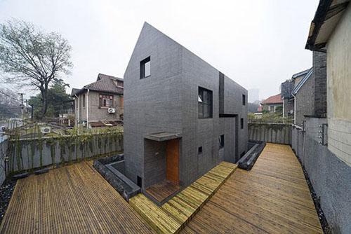 Ház kívül betonból, belül fából