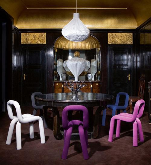 Asztalok különböző székekkel